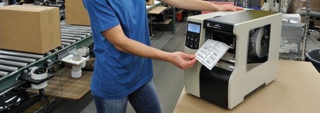 Máy in mã vạch nên được đặt trên bàn làm việc chắc chắn